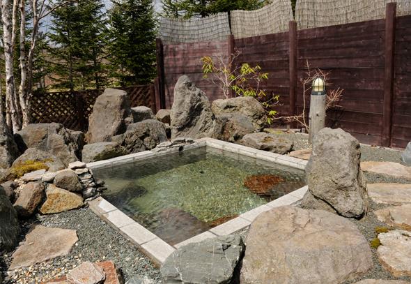 温泉は源泉かけ流し。露天風呂のほか内湯もあり、貸切で浸かることもできる。